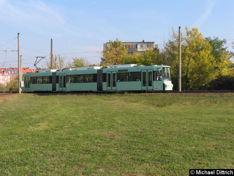 Bild: 303 präsentiert sich hier in seiner neuen Farbgebung auf der Linie 1.