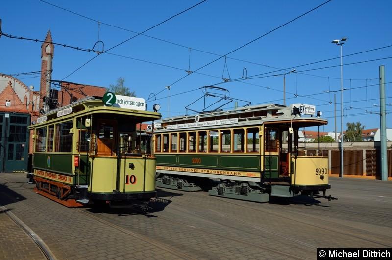 Bild: Wagen 10 als Hochzeitswagen und Wagen 2990 auf dem Betriebshof Köpenick.