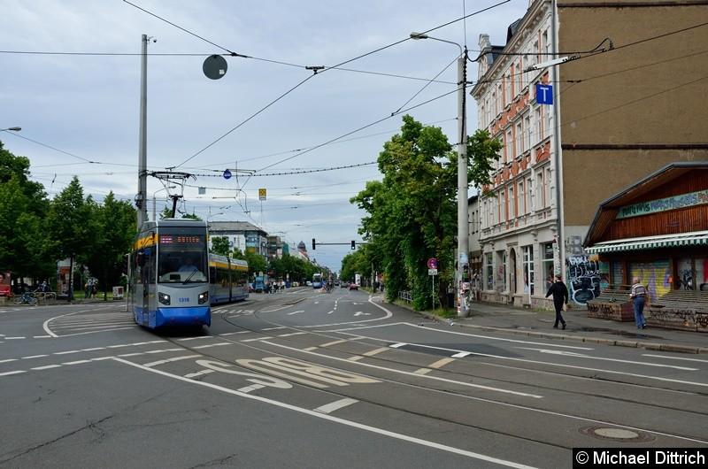 Bild: 1318 + 1305 als Linie 11E auf der Kreuzung Karl-Liebknecht-Str./Bornaischestr.