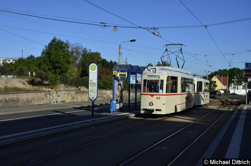 Bild: Wagen 43 und Beiwagen 93 im Korso auf dem Weg zum Hauptbahnhof an der Haltestelle Huttenstraße.