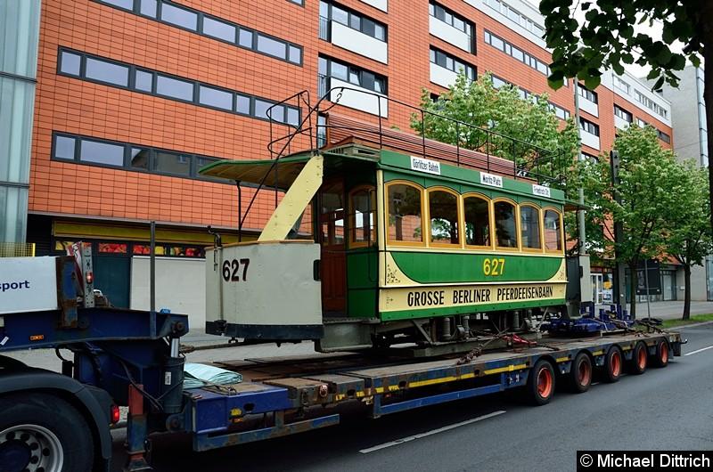 Bild: Wagen 627 auf einem Tieflader kurz vor der Kreuzung Landsberger Allee/Petersburger Str.