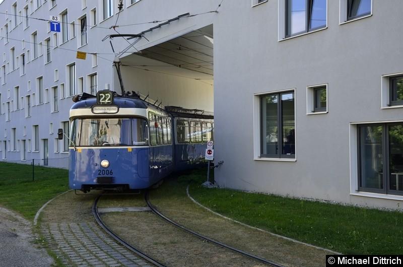Bild: 2006 + 3039 als Linie 22 bei der Durchfahrt in der Hochschule München.