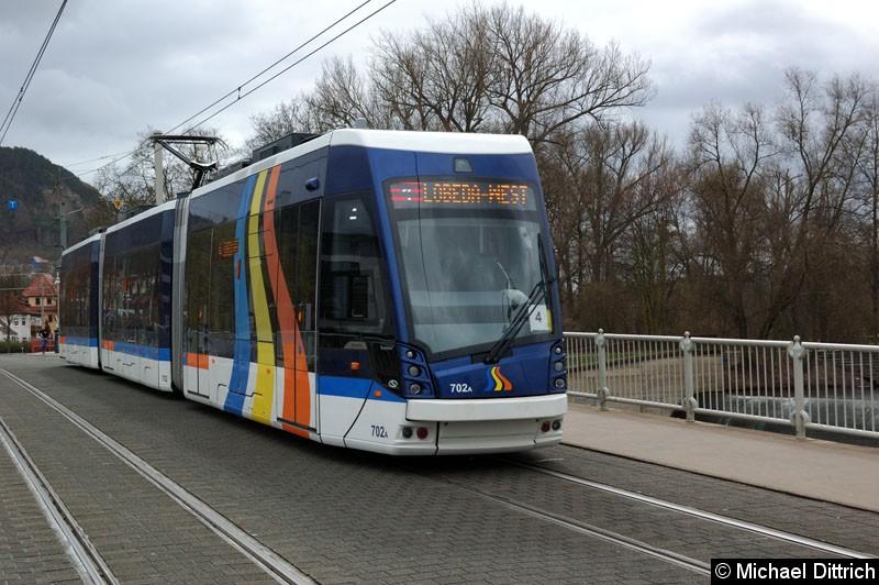 Bild: Wagen 702 als Linie 4 auf der Brücke kurz hinter der Haltestelle Paradiesbahnhof.