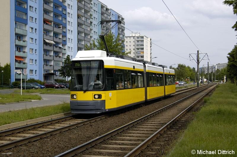 Bild: 1062 als Linie M6 vor der Haltestelle Alte Hellersdorfer Straße/Zossener Straße.