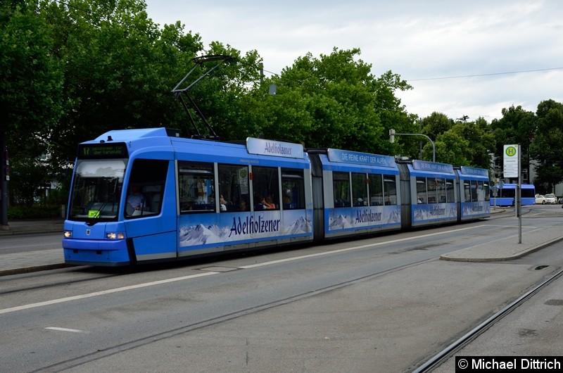 Bild: 2206 als Linie 17 an der Haltestelle Romanplatz.