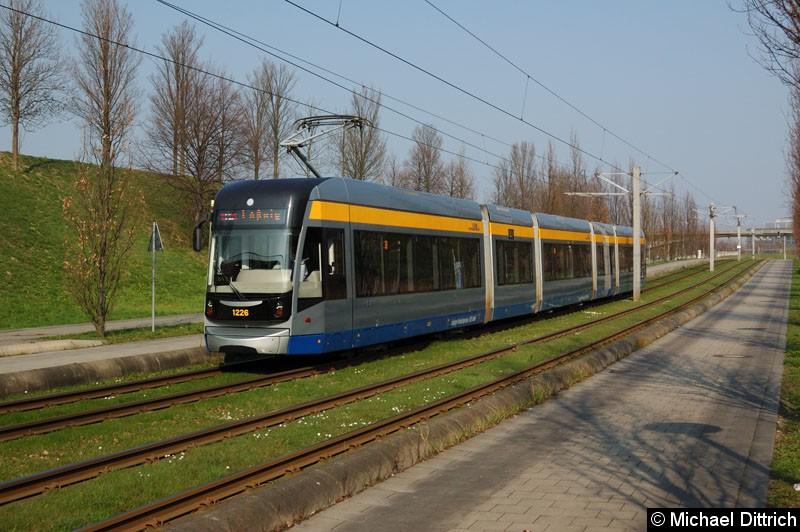 Bild: 1226 als Linie 16 zwischen den Haltestellen Messegelände und Bahnhof Messe.