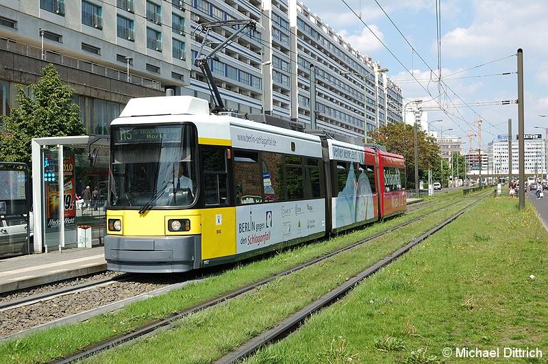 Bild: 1102 als Linie M5 an der Haltestelle Spandauer Straße/Marienkirche.