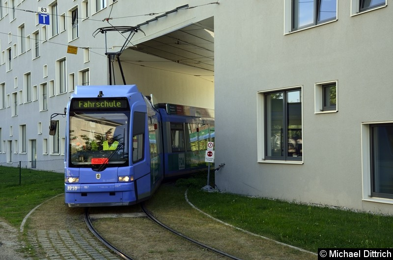 Bild: 2210 als Fahrschule bei der Durchfahrt in der Hochschule München.