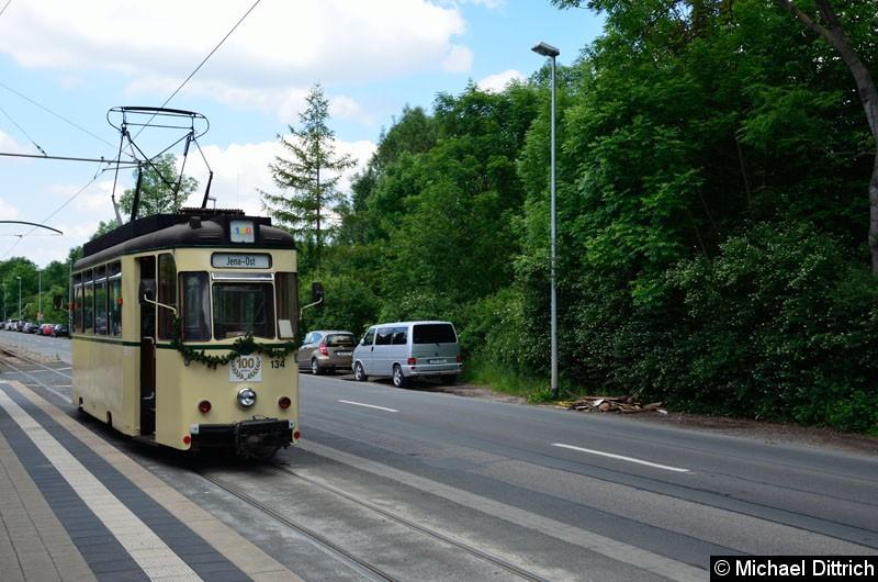Bild: Anlässlich 100 Jahre Strecke nach Jena Ost fuhren in Jena die historischen Wagen. Hier der Wagen 134 an der Haltestelle Jena-Ost.