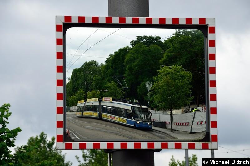 Bild: Spieglein, Spieglein am Mast, wie heißt die Bahn da?  Das ist der R2.2 2115 an der Endstelle U Westfriedhof.