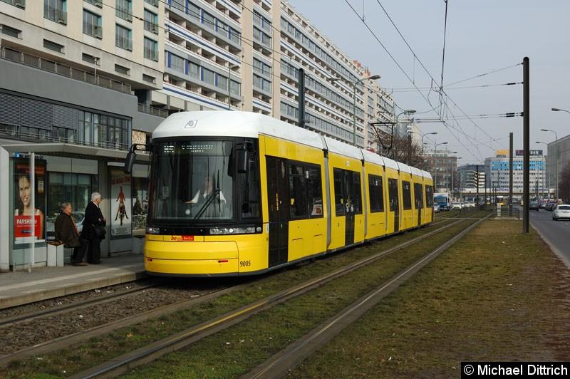 Bild: 9005 als Linie M5 an der Haltestelle Spandauer Str./Marienkirche.