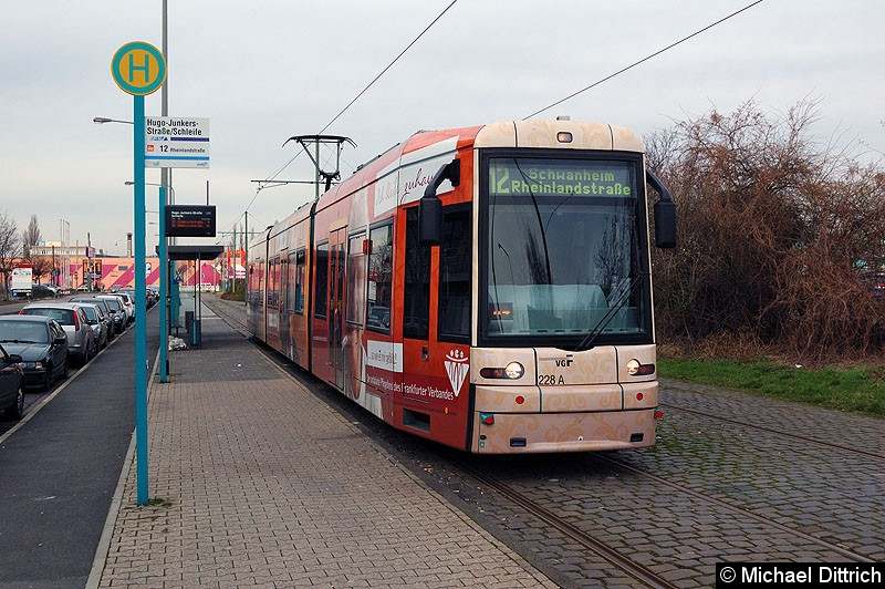 Bild: 228 als Linie 12 an der Haltestelle Hugo-Junkers-Str./Schleife.