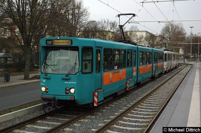Bild: 721 und ein weiterer Wagen als Linie U5 an der Haltestelle Gießener Str.