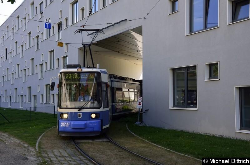 Bild: 2103 als Linie 22 bei der Durchfahrt in der Hochschule München.