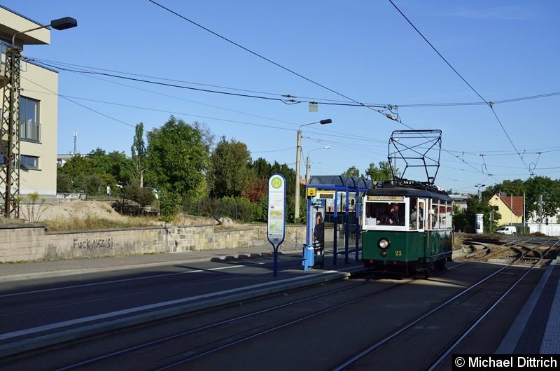 Bild: Anlässlich des Tag der offenen Tür und des Geburtstages der Waldbahn fand ein Korso statt. Erster Wagen war der 23 hier an der Haltestelle Huttenstraße.