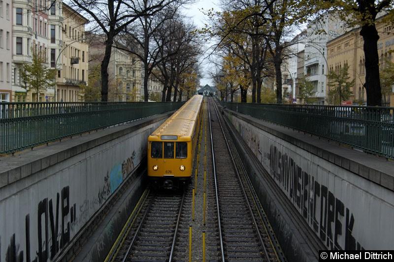 Bild: An der Spitze des Zug Wagen 676 zwischen den Bahnhöfen Eberswalder Str. und Seenefelder Platz.