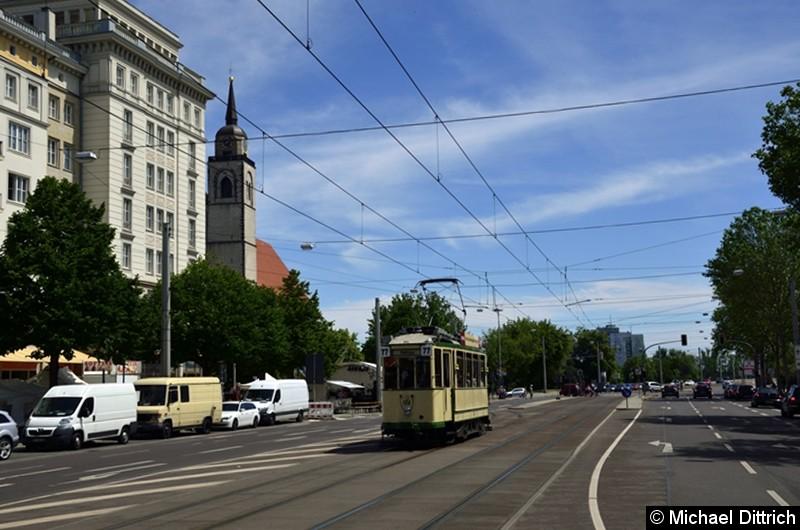 Der historische Triebwagen 124 in der Ernst-Reuter-Allee kurz hinter der Weiche zur Hartstraße. Dazu hat der Triebwagen hier gewendet.