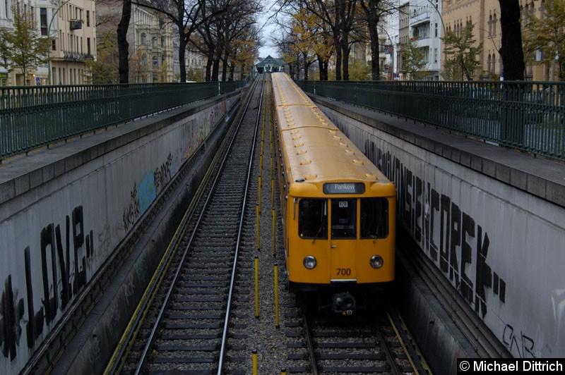 Bild: Am Ende des Zug Wagen 700 zwischen den Bahnhöfen Eberswalder Str. und Seenefelder Platz.