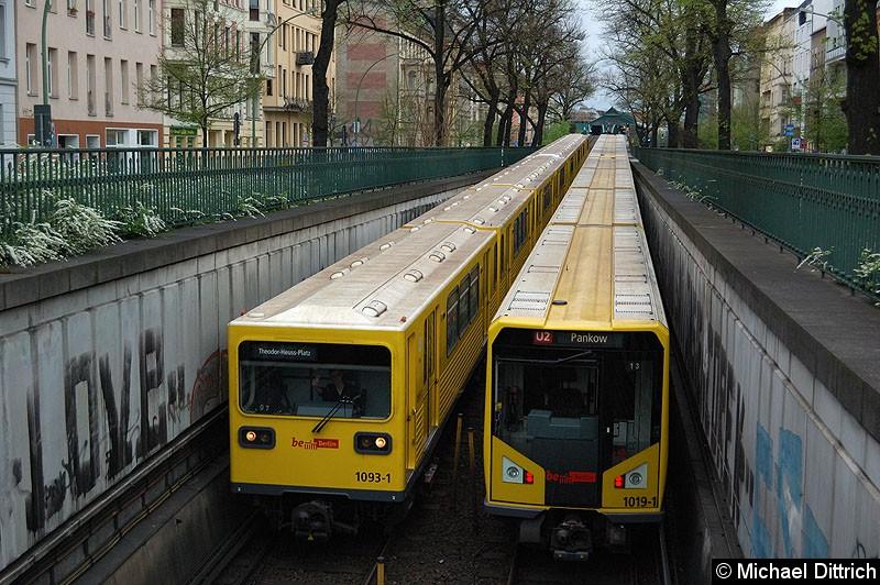 Bild: Der Zug geführt von 1093-1 trifft den Gegenzug mit 1019-1 am Ende zwischen den Bahnhöfen Eberswaler Str. und Seenefelder Platz. Freundlich grüßt der Fahrer des 1093-1.