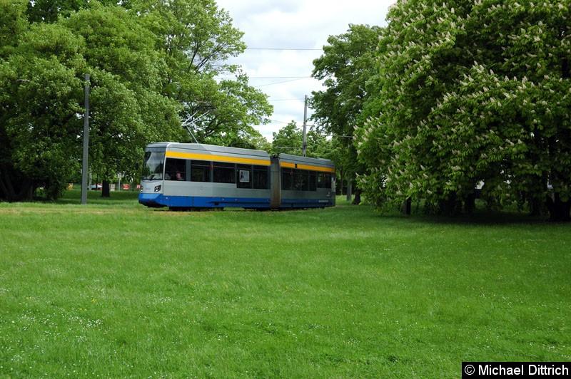 Bild: 1313 huscht schnell durch das Bild. Als Linie 2 im Park an der Naunhofer Str.
