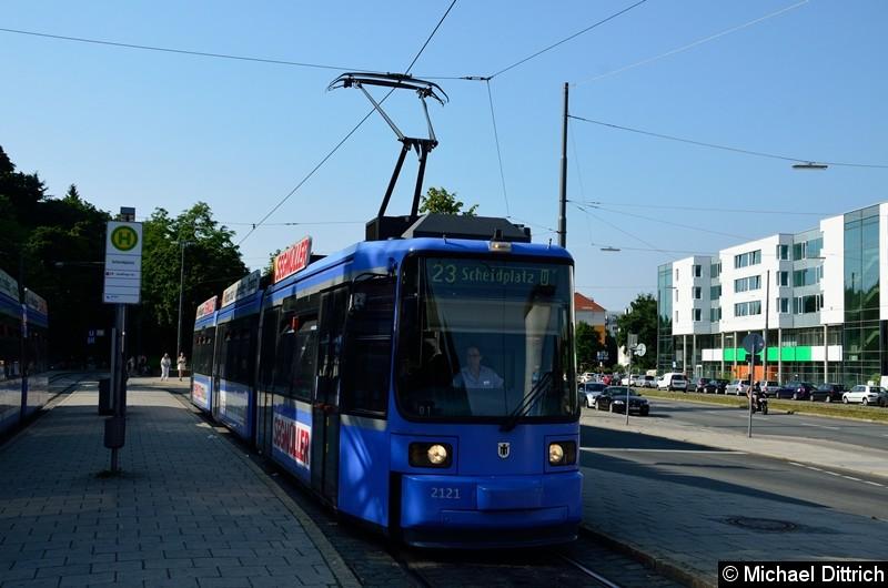 Bild: 2121 als Linie 23 in der Endstelle U Scheidtplatz. Diese Linie wurde hierhin umgeleitet.