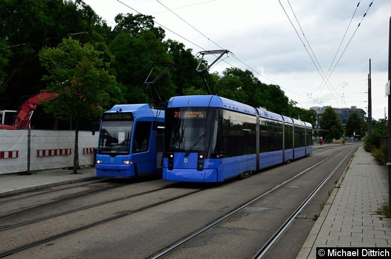 Bild: 2202 in der Endstelle U Westfriedhof, wo ihn der 2319 (Linie 20) überholt.