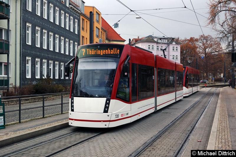 Bild: Combino 720+723 als Linie 7 an der Haltestelle Sparkassen-Finanzzentrum.