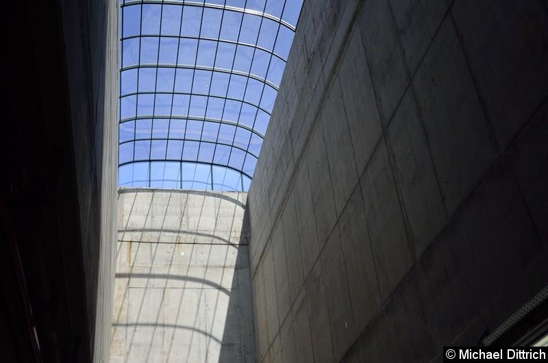 Erkennen Sie es? Dieses Dach ist gar nicht so alt, es deckelt die Luke zum Ein- und Rausheben der U-Bahnwagen. Bei der Sperrung der Strecke wird dies für den Antransport der benötigten Materialien genutzt.