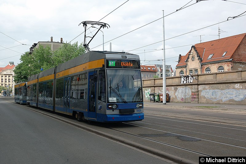 Bild: 1101 und 906 als Linie 31 auf dem Weg zum Einsatz hinter dem Hauptbahnhof.