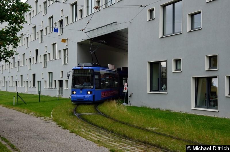 Bild: 2158 kommt als Linie 22 durch die Wand der Hochschule München.