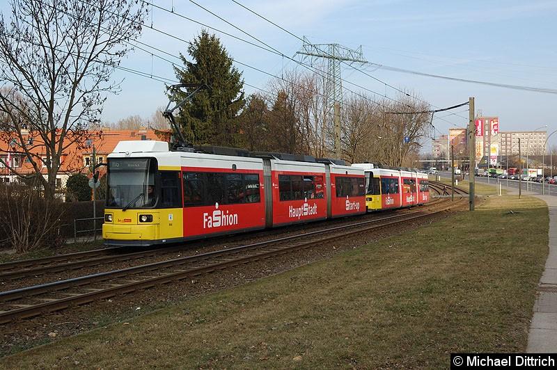 Bild: 1061 + 1068 als Linie M6 kurz vor der Haltestelle Landsberger Allee/Rhinstr.