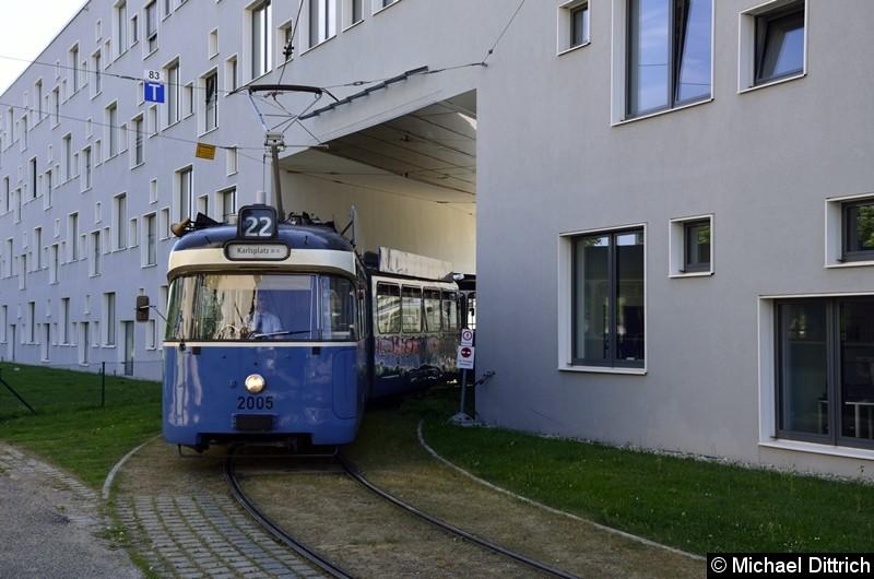 Bild: 2005 + 3005 als Linie 22 bei der Durchfahrt in der Hochschule München.