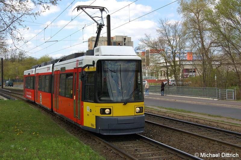 Bild: 1064 als Linie 18 vor der Kreuzung Allee der Kosmonauten/Rhinstraße.