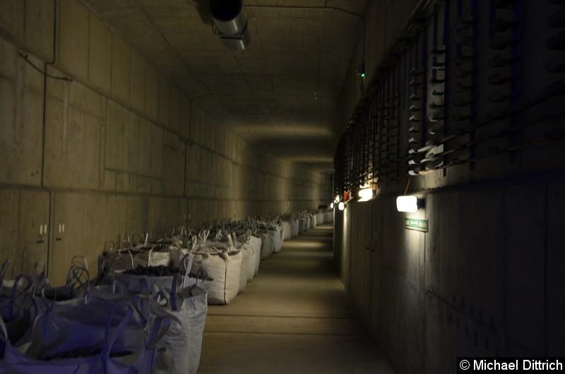 Bild: Powerpacks mit Schotter liegen schon bereit. Blick in den Tunnel in Richtung Hönow, wenn die Verlängerung zur Turmstraße realisiert werden sollte.