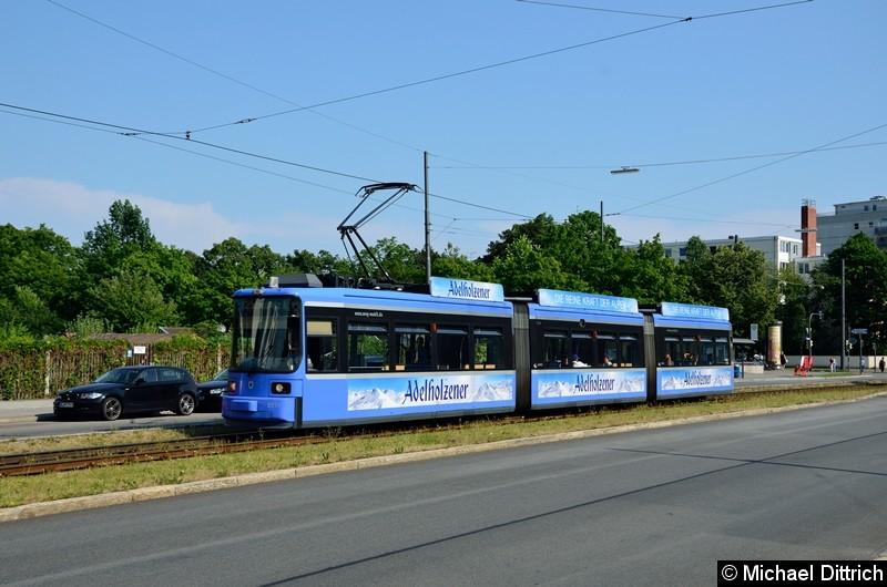 Bild: 2134 erreicht als Linie 12 in Kürze die Endhaltestelle U Scheidtplatz.