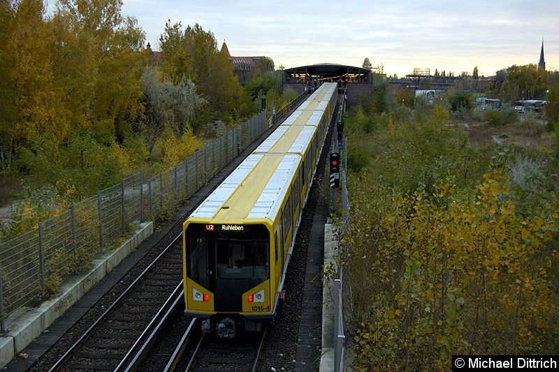 Bild: Am Ende des Zuges fährt Wagen 1016-4 aus dem Tunnel raus um in den Bahnhof Mendelssohn-Bartholdy-Park einzufahren.  Heute ist diese Aufnahme nicht mehr möglich.