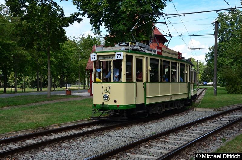 Der historische Triebwagen 124 und sein Beiwagen 300 verlassen die Haltestelle Herrenkrug.
